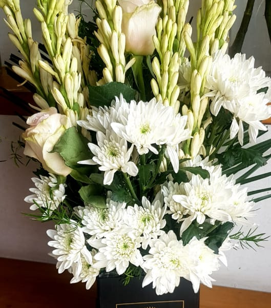 Delivery of Box of Pink & White Flowers in Pakistan
