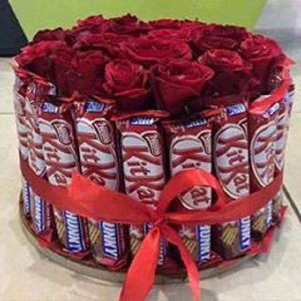 Wonder Roses with Kitkat - SendFlowers.PK