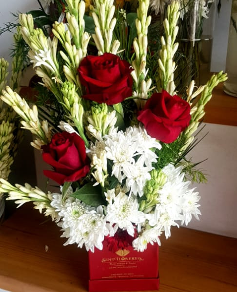 Delivery of Box of Red & White Flowers in Pakistan